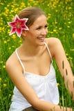 Mujer feliz en prado Fotos de archivo libres de regalías