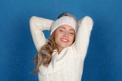 Mujer feliz en ropa del invierno bajo nieve que cae Fotos de archivo