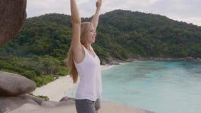 Mujer feliz en tapa de la montaña almacen de video