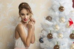 Mujer feliz en tiempo de Navidad Foto de archivo libre de regalías