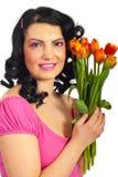 Mujer feliz en tulipanes rosados de la explotación agrícola Fotografía de archivo