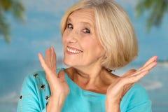 Mujer feliz en un azul foto de archivo