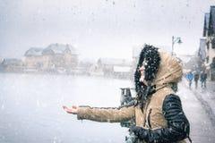 Mujer feliz en un día nevoso Imagenes de archivo