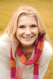 Mujer feliz en un parque del otoño Imágenes de archivo libres de regalías