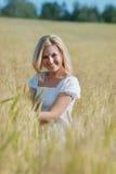 Mujer feliz en un prado imagenes de archivo