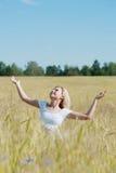 Mujer feliz en un prado foto de archivo