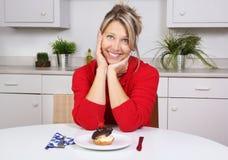 Mujer feliz en una cocina Imágenes de archivo libres de regalías