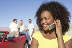 Mujer feliz en una llamada Imagen de archivo libre de regalías