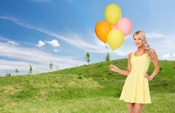 Mujer feliz en vestido del verano con los balones de aire Fotografía de archivo