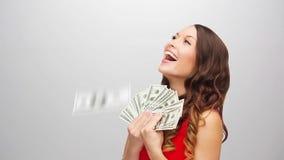 Mujer feliz en vestido rojo con dólar dinero almacen de video