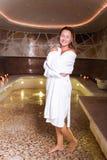 Mujer feliz encantada que se coloca en la sauna Foto de archivo