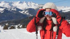 Mujer feliz encima de una montaña que se prepara para descender metrajes