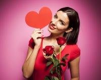 Mujer feliz hermosa con el globo del día de tarjetas del día de San Valentín en fondo rosado Fotos de archivo
