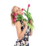 Mujer feliz hermosa con el ramo rojo de los tulipanes de flores Fotos de archivo