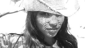 Mujer feliz hermosa con el sombrero de paja en la playa tropical metrajes
