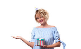 Mujer feliz hermosa con la caja de regalo en la fiesta de cumpleaños de la celebración Fotografía de archivo libre de regalías
