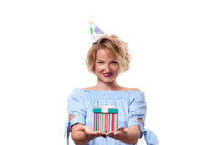 Mujer feliz hermosa con la caja de regalo en la fiesta de cumpleaños de la celebración Imágenes de archivo libres de regalías