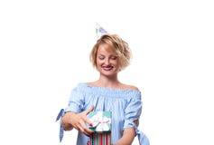 Mujer feliz hermosa con la caja de regalo en la fiesta de cumpleaños de la celebración Foto de archivo libre de regalías