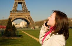 Mujer feliz hermosa con phine móvil en París Fotos de archivo