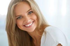 Mujer feliz hermosa del retrato con la sonrisa blanca de los dientes belleza
