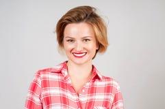 Mujer feliz hermosa en camisa roja Foto de archivo libre de regalías