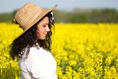 Mujer feliz hermosa en campo del canola en día soleado Fotografía de archivo libre de regalías