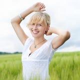 Mujer feliz hermosa en naturaleza imagenes de archivo