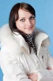 Mujer feliz hermosa en ropa del invierno. Fotografía de archivo