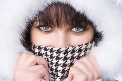 Mujer feliz hermosa en ropa del invierno. Fotos de archivo libres de regalías