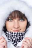 Mujer feliz hermosa en ropa del invierno. Imagen de archivo