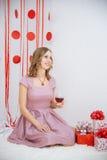 Mujer feliz hermosa en un vestido rosado Fotografía de archivo libre de regalías