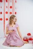 Mujer feliz hermosa en un vestido rosado Imagenes de archivo