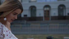 Mujer feliz hermosa en vestido que camina en el callejón de la ciudad del verano, a cámara lenta metrajes