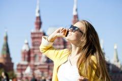 Mujer feliz hermosa joven que llama por el teléfono en Moscú Fotos de archivo