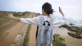 Mujer feliz hermosa que camina afuera en la naturaleza que lleva una mochila metrajes