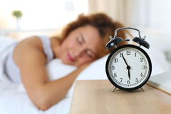Mujer feliz hermosa que duerme en su dormitorio por la mañana Fotografía de archivo