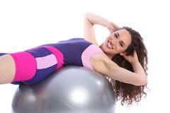 Mujer feliz hermosa que hace ejercicios de la bola de la aptitud Imagen de archivo