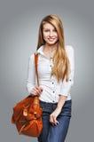 Mujer feliz hermosa que sostiene un bolso Imágenes de archivo libres de regalías