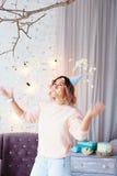 Mujer feliz hermosa su cumpleaños Muchacha con la torta Celebración de concepto Foto de archivo libre de regalías
