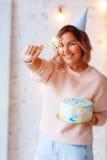Mujer feliz hermosa su cumpleaños Muchacha con la torta Celebración de concepto Imágenes de archivo libres de regalías