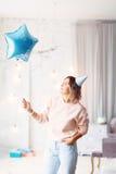 Mujer feliz hermosa su cumpleaños Muchacha con la torta Celebración de concepto Imagen de archivo