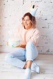 Mujer feliz hermosa su cumpleaños Muchacha con la torta Celebración de concepto Fotografía de archivo libre de regalías
