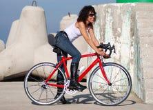 Mujer feliz italiana en una bici del deporte (*) Imagenes de archivo