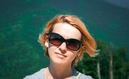 Mujer feliz joven Fotos de archivo libres de regalías
