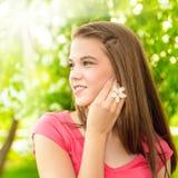 Mujer feliz joven al aire libre imagen de archivo libre de regalías