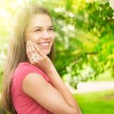 Mujer feliz joven al aire libre fotografía de archivo
