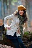 Mujer feliz joven al aire libre en otoño Imagen de archivo