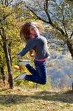 Mujer feliz joven al aire libre en otoño Fotografía de archivo libre de regalías