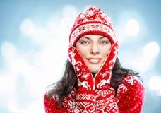 Mujer feliz joven atractiva en ropa roja hecha punto de lana en b imágenes de archivo libres de regalías