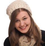 Mujer feliz joven con el casquillo y la bufanda de las lanas Fotos de archivo